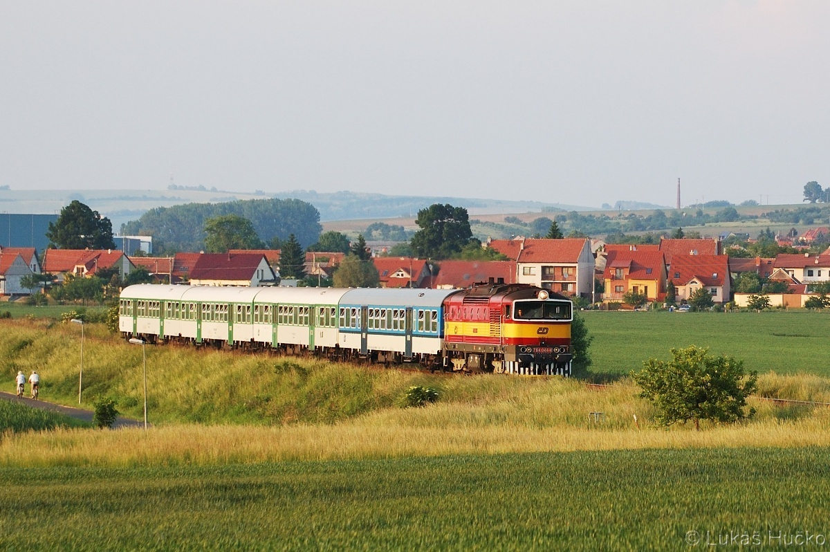 Červenožlutý brejlovec 754.044 se spojem Sp 1736 u Ostrožské Nové Vsi taktéž 22.05.2011
