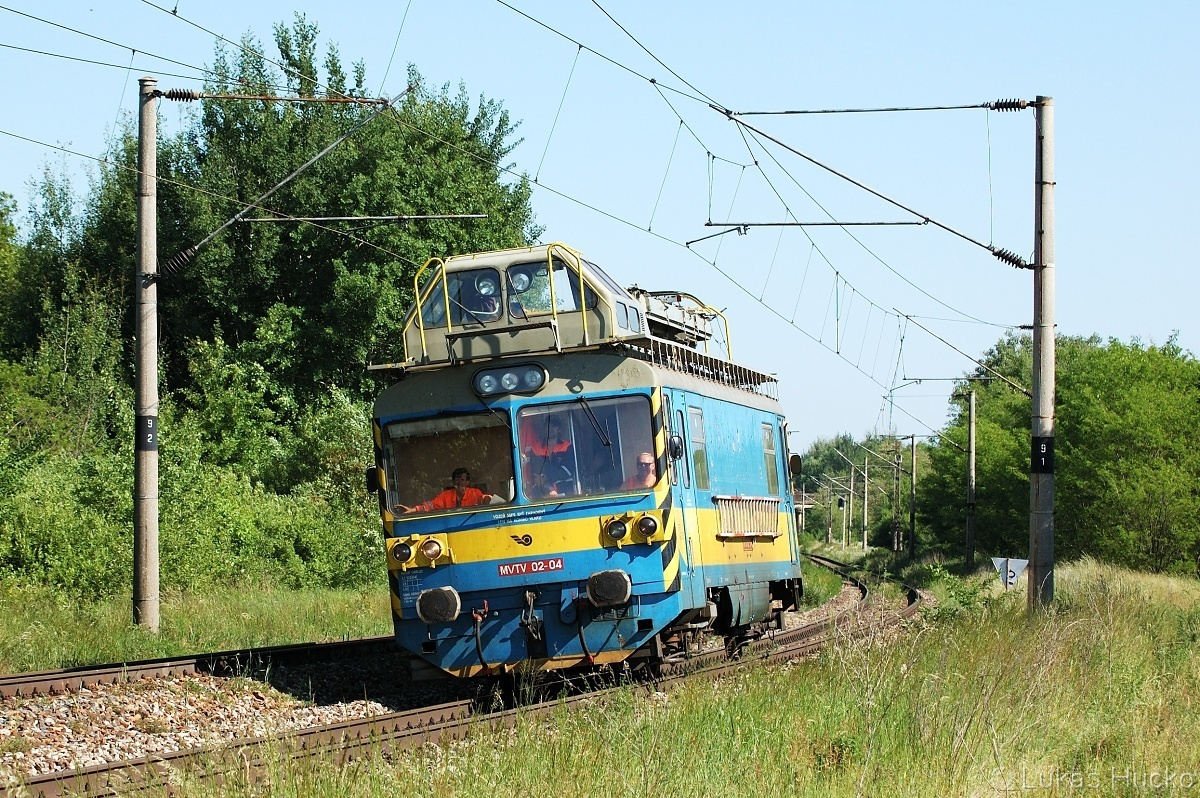 MVTV 02-04 klopí oblouček před zastávkou Brodské 26.05.2011