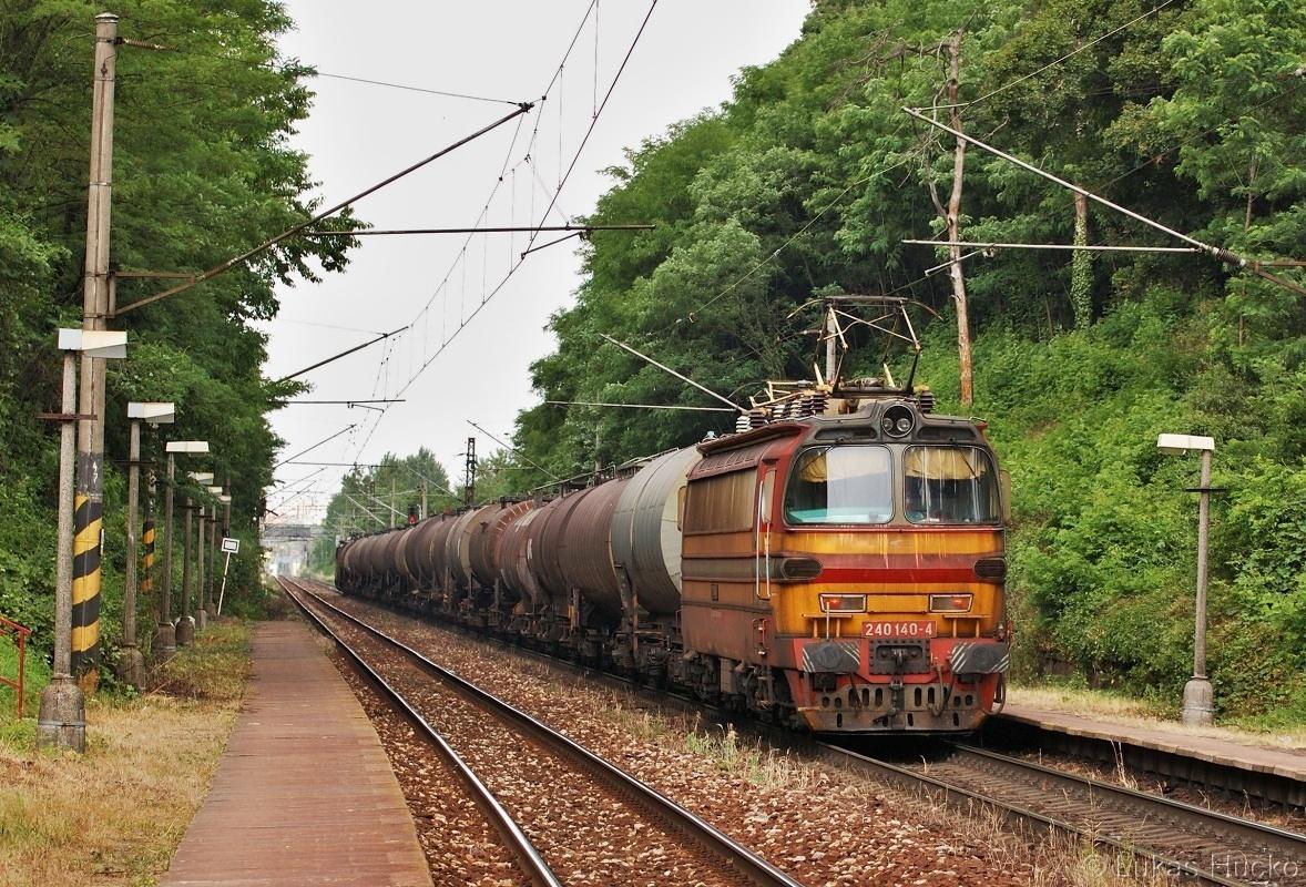Na konci zmiňovaného vlaku pomáhá 240.140 zachycen při průjezdu zastávkou Železná studienka dne 07.06.2011