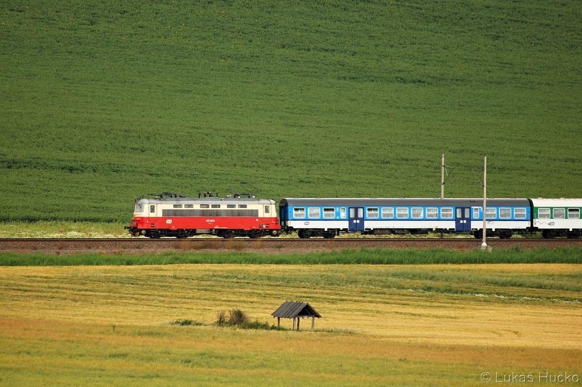 Plecháč 242.235 poblíž zastávky Popice 26.06.2011 s vlakem Os 4602
