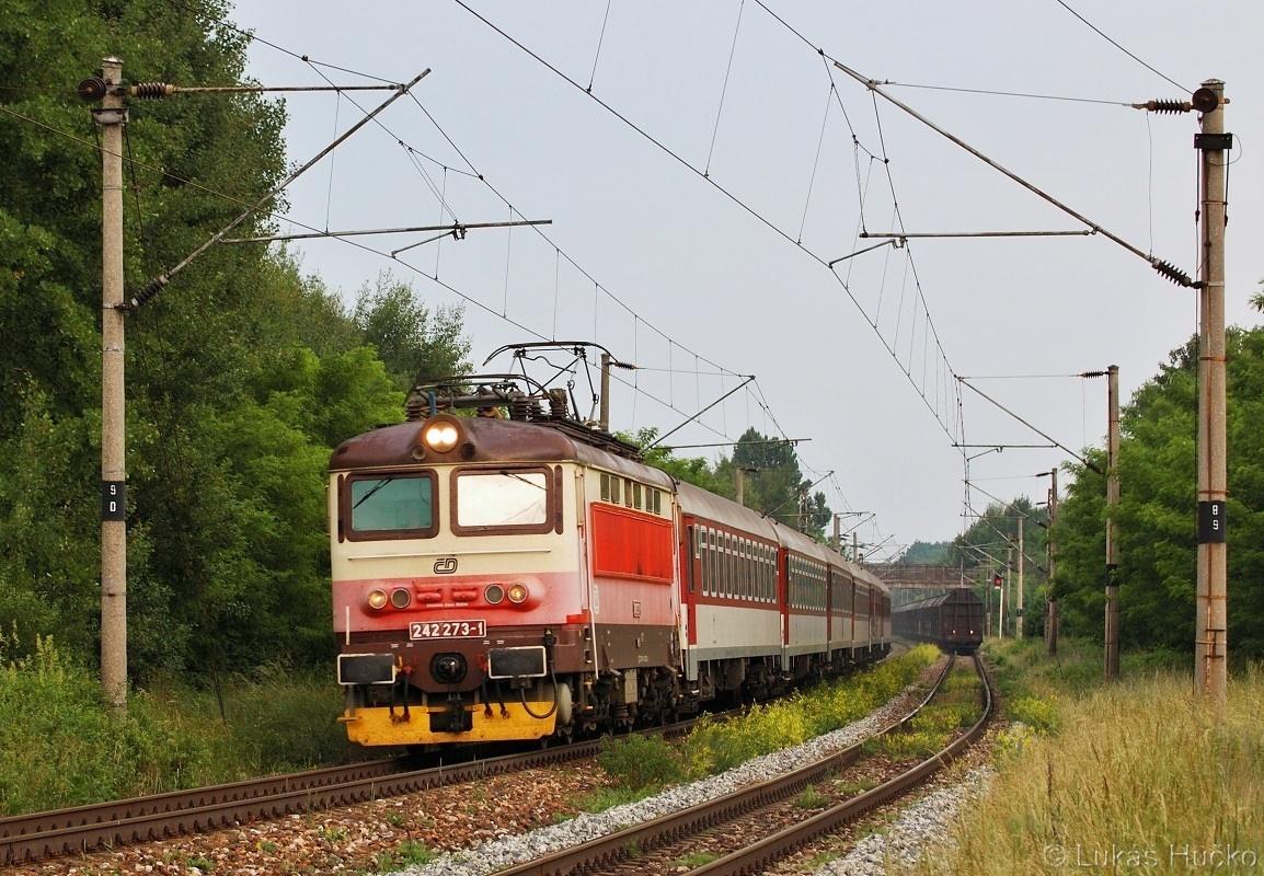 Plecháč 242.273 v čele vlaku R 374 před zastávkou Brodské 07.06.2011