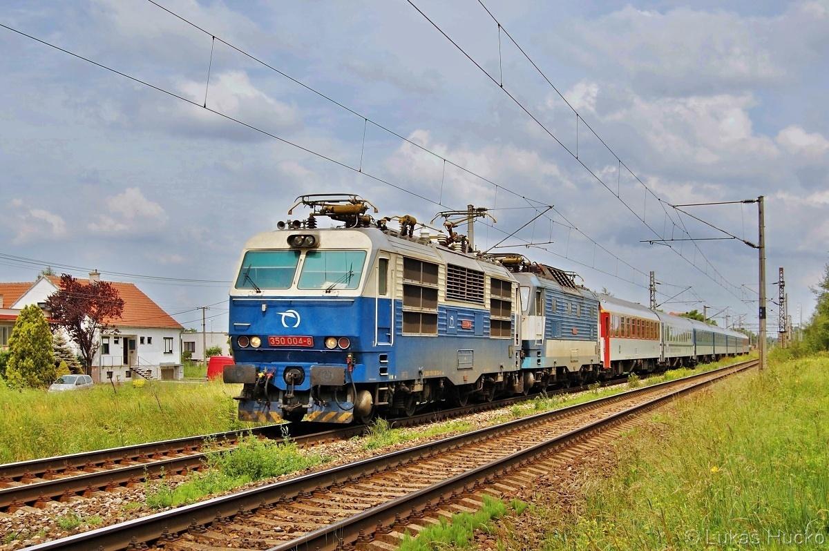 350.004 a 350.017 na vlaku EC 275 za zastávkou Brodské 10.06.2011