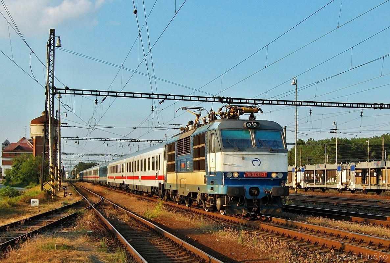 350.012 odjíždí v čele EC 175 ze stanice Kúty 11.06.2011