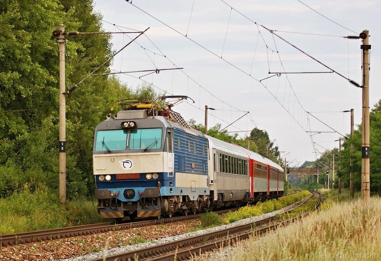 Zkrácená souprava EC 344 zachycena se strojem 350.014 před zastávkou Brodské 12.06.2011