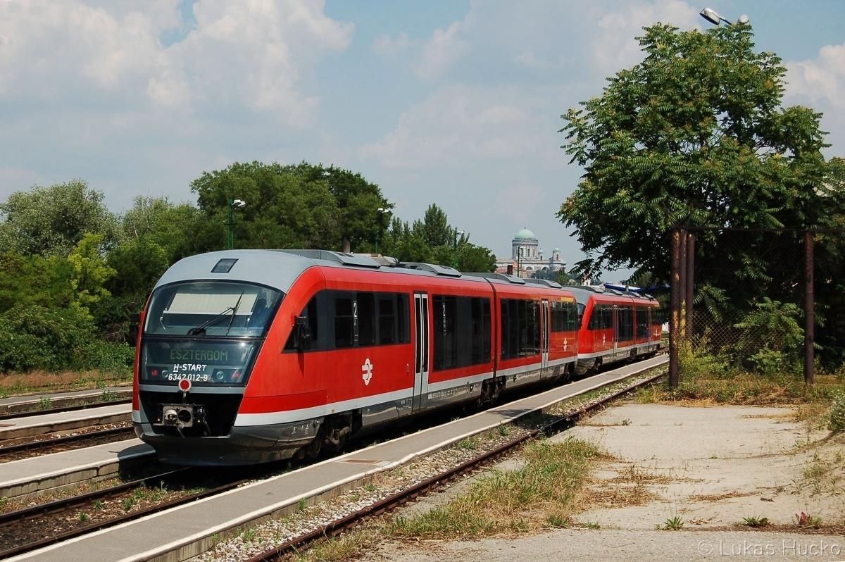 Desira 6342.012+015 přijíždí do stanice Esztergom 16.06.2011 RR2045. Dnes je zde již elektrický provoz.