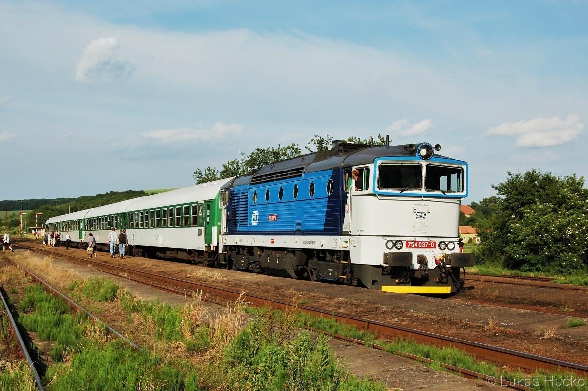 Stroj 754.037 v Nemoticích 10.06.2011 na vlaku Sp 1733