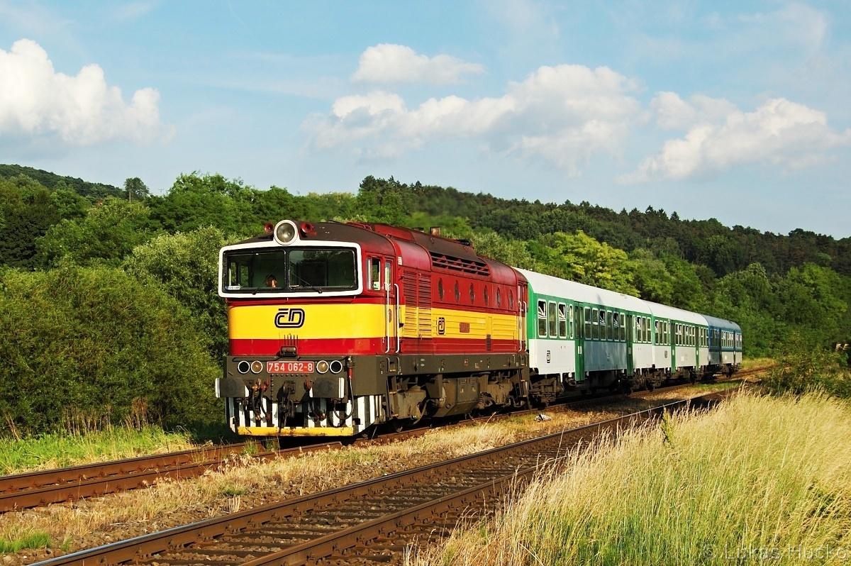 754.062 Bohuslavice u Kyjova 10.06.2011 s vlakem Os 4120