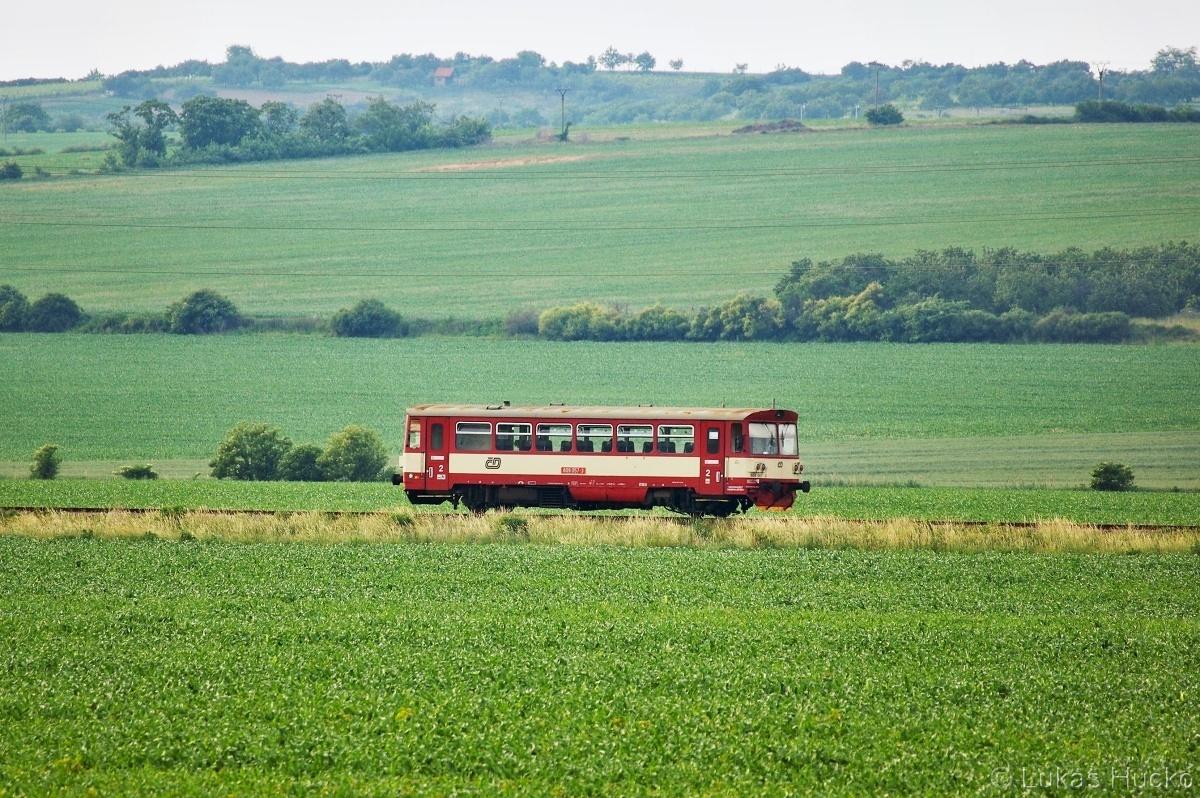 Motoráček 809.057 pendloval mezi stanicemi Hustopeče a Šakvice dne 05.06.2011. Dnes je trať po rekonstrukci elektrifikovaná a prohání se tu větší vozidla