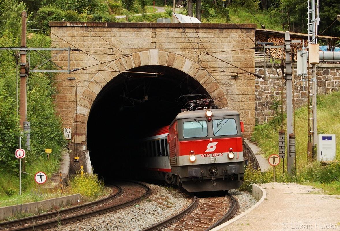 """""""Alpský vysavač"""" 1044.003 vjíždí do zastávky Wolfsbergkogel 03.07.2011 v čele vlaku IC259"""