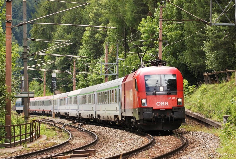 Stejné místo avšak vlak EC 102 v čele s Taurusem 1116.103 Semmering 03.07.2011