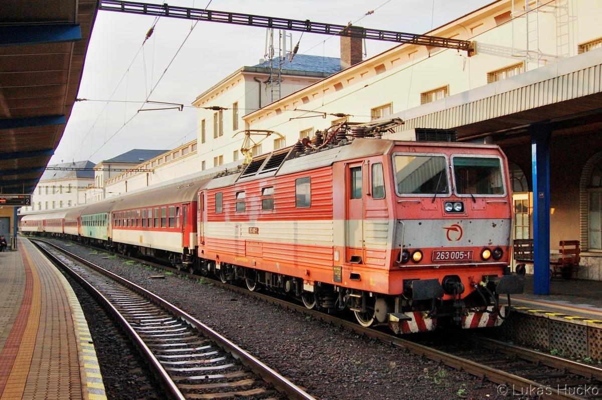 Tehdy ještě ne retro 263.005 ve stanici Bratislava hl.st. 05.07.2011