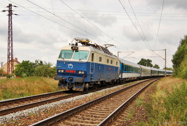 Hugo 350.004 klopí oblouk za zastávkou Brodské 02.07.2011 s vlakem EC 275