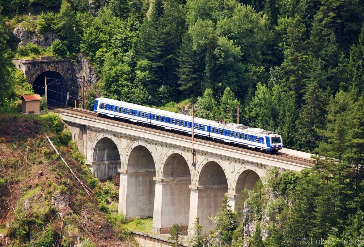 Modrých jednotek ubývá tak ještě záběr na 4020.282 kterak klesá ke stanici Breitenstein 03.07.2011 jako spoj R 2964